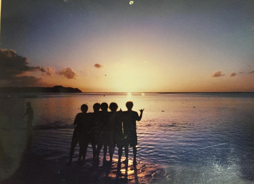 グアムの海をバックに写真